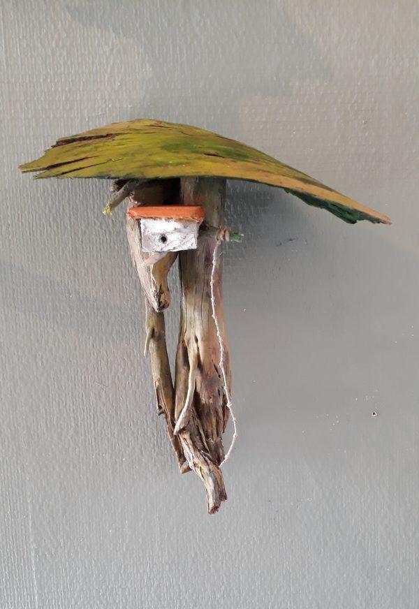 houtsculptuur vogelhuisje in boom